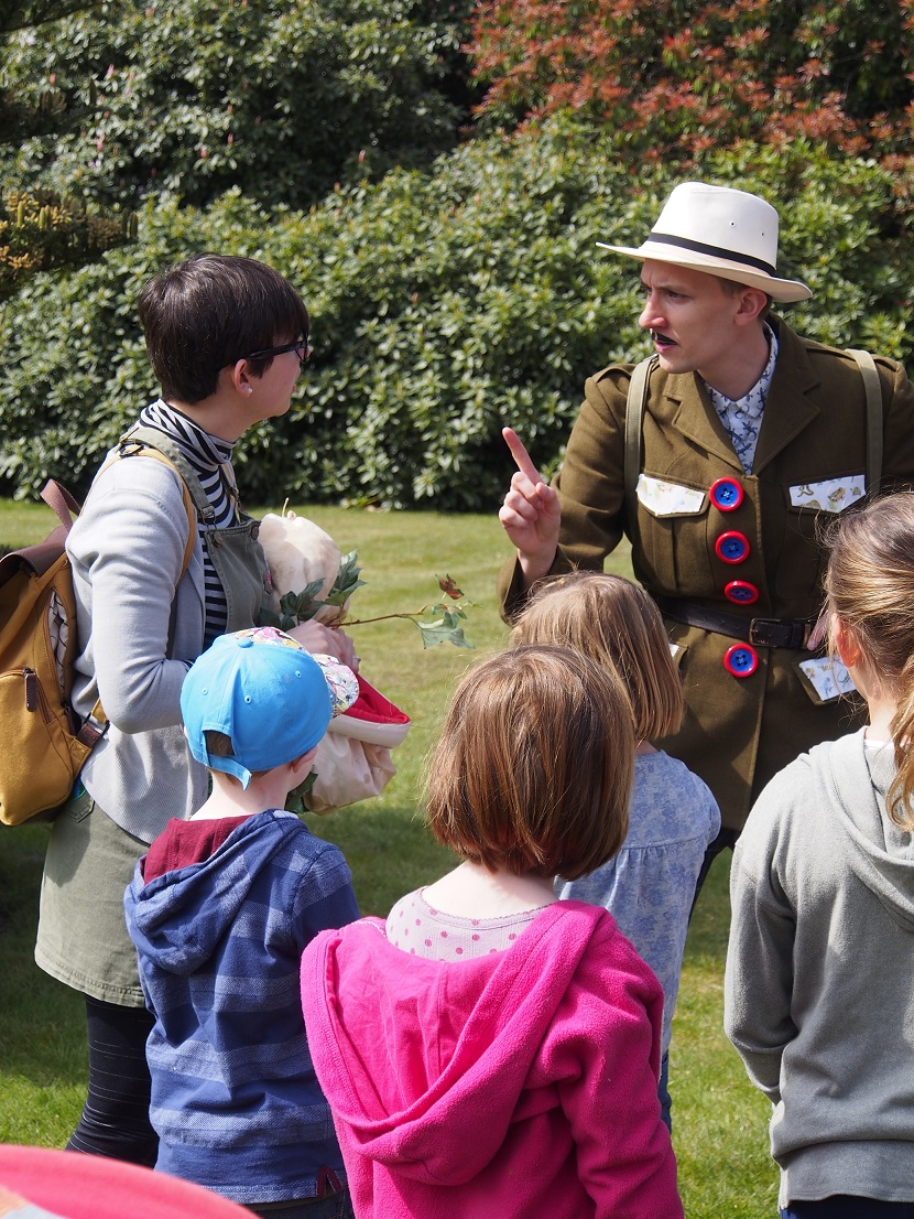 Mortimer Sparks entertaining young visitors (5)